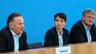 Wer hat die Asylprobleme in Deutschland als erster erkannt und gebannt: der Berliner AfD-Vorsitzende Georg Pazderski (links) natürlich! (hier mit seinen Bundesvorsitzenden Frauke Petry und Jörg Meuthen)