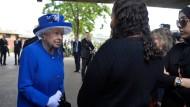 Königin Elizabeth am Freitag im Gespräch mit Bewohnern des abgebrannten Grenfell-Hochhauses.