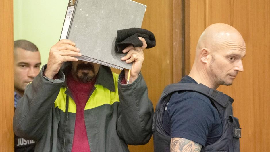 Der Angeklagte Mohamed A.G. hält sich eine Kladde vors Gesicht