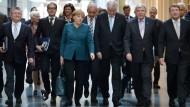 Je mehr, desto besser? Hauptsache am richtigen Ort: Bundeskanzlerin Angela Merkel (CDU) und Ministerpräsident Horst Seehofer (CSU) mit umfangreicher Legitimation auf dem Weg zur Parlamentarischen Gesellschaft.
