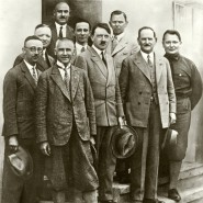 Der thüringische Minister Wilhelm Frick (1. Reihe 2.v.l.) 1930 unter Nationalsozialisten. Darunter auch Hitler, Goebbels (2. Reihe 2.v.l.) und Himmler (1.v.l.).