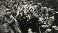 Deutsche Soldaten feiern Weihnachten 1914 in einem Schützengraben an der Ostrfont.