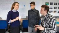 Auf Draht: Alexander Binda (rechts) und Enrique Brockmann mit Projektleiterin Marie Reuß
