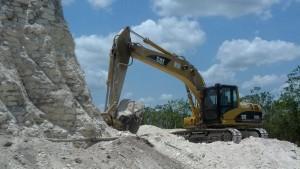 Arbeiter machen aus Maya-Tempel Baumaterial