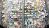 Bremswirkung: Hersteller von Medikamenten wie Hennig Arzneimittel aus Flörsheim klagen über das Verbot von Preiserhöhungen. (Archivbild)