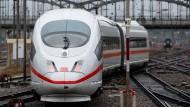 Schneller will sie sein, aber bisher ist sie vor allem teurer. Ein ICE fährt am Hauptbahnhof in München ab.