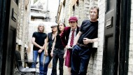 AC/DC-Schlagzeuger Phil Rudd (vorne rechts) mit seinen Bandkollegen auf einem Promo-Foto von 2008