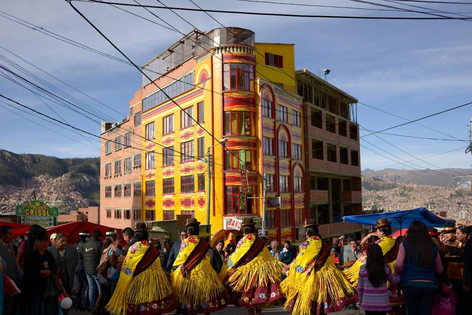 """Während des Gran Poder Fests tanzen Mitglieder der Morenada Vereinigung für den Event-Salon """"Cholet"""". Das Gran Poder Fest ist eine der größten Tanz-Veranstaltungen von La Paz, die mehr als tausend Tänzer der unterschiedlichen Gruppen und Vereinigungen der Aymara zusammen kommen lässt."""