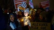 Braunkohlegegner demonstrieren Dienstagabend vor dem Kanzleramt.