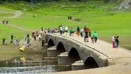 Hessisch Atlantis: Bei normalem Wasserstand liegt diese Brücke auf dem Grund des Edersees.