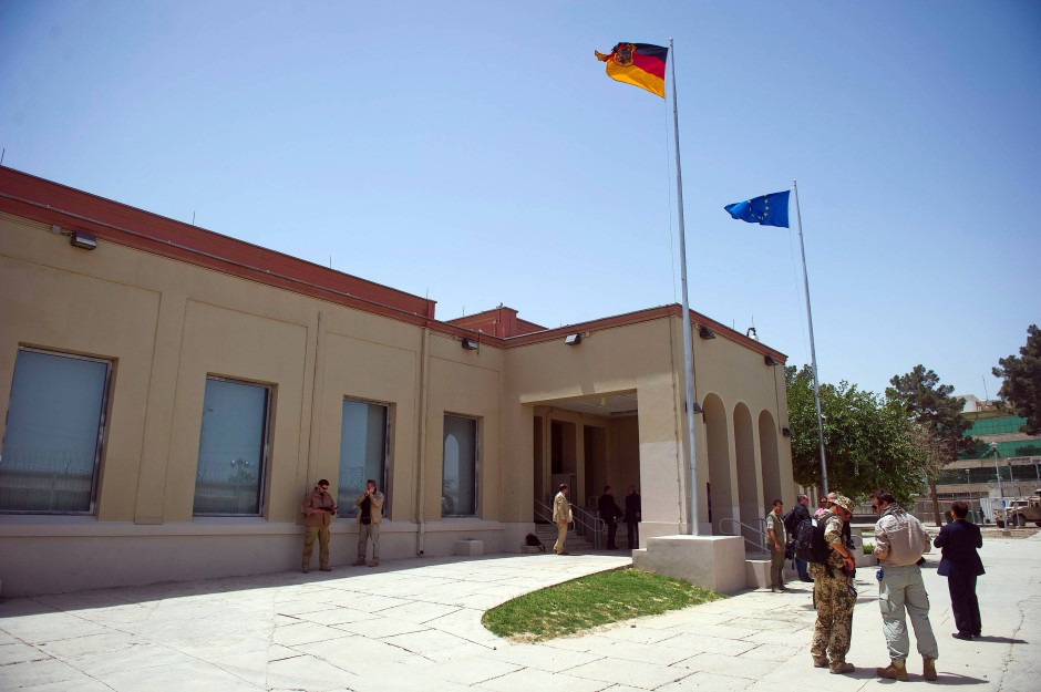 Das deutsche Generalkonsulat in Masar-i-Sharif. Auf diesem Foto aus dem Juni 2013 ist es gerade feierlich eingeweiht worden und deshalb unversehrt. Ein aktuelles Foto des Konsulats oder vom Anschlagsort liegt noch nicht vor.