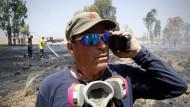 """""""Dass sich die Regierung nicht richtig kümmert, beschämt mich"""": Rami Gold während eines Löscheinsatzes."""