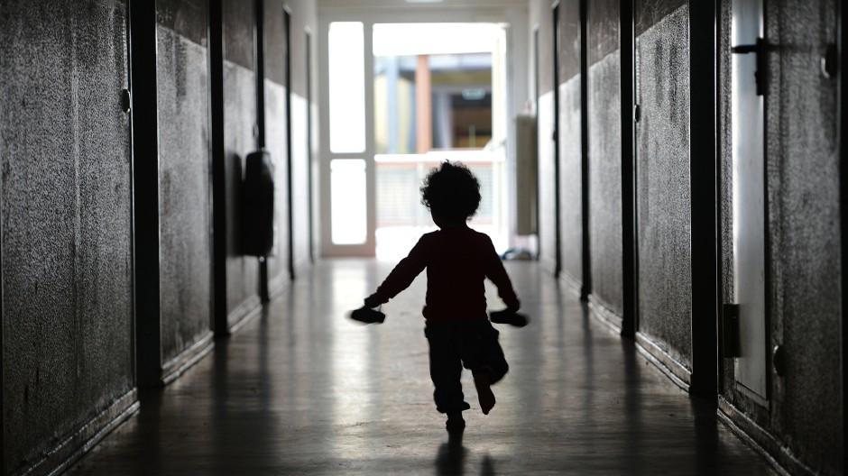 Flüchtlingsfamilien mit kleinen Kindern müssen nicht lange in einer Erstaufnahmeeinrichtung bleiben, viele andere schon. (Symbolbild)