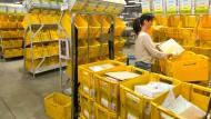 Mensch und Maschine: Die Arbeit im Briefverteilzentrum wurde in den vergangenen Jahren automatisiert - ganz ohne Mitarbeiter geht es aber trotzdem nicht.