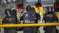 Mitglieder der amerikanischen Grenzschutzbehörde CBP nehmen an einer Übung am Grenzübergang San Ysidro teil.