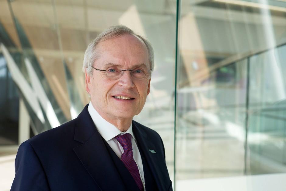 Heinz-Walter Große, Vorstandvorsitzender von B.Braun Melsungen, sitzt gerne im Cockpit - oder neben Lehrlingen.