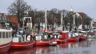Ehemalige Fischkutter in Rostock-Warnemünde