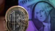 Auf Talfahrt: Der Euro verliert gegenüber dem Dollar immer weiter an Wert.
