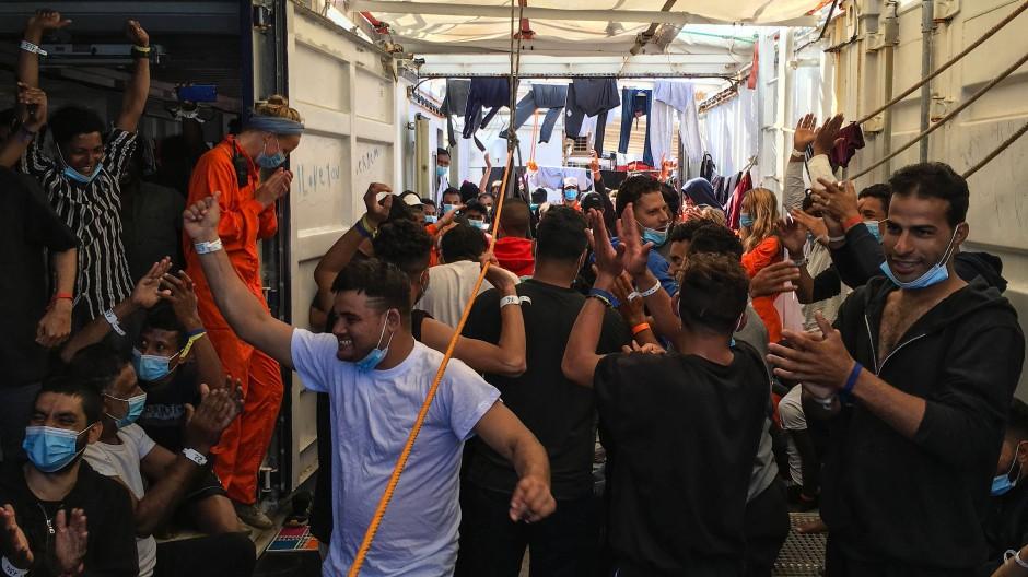 """Sichtlich erleichtert: Besatzung und Migranten auf der """"Ocean Viking"""""""