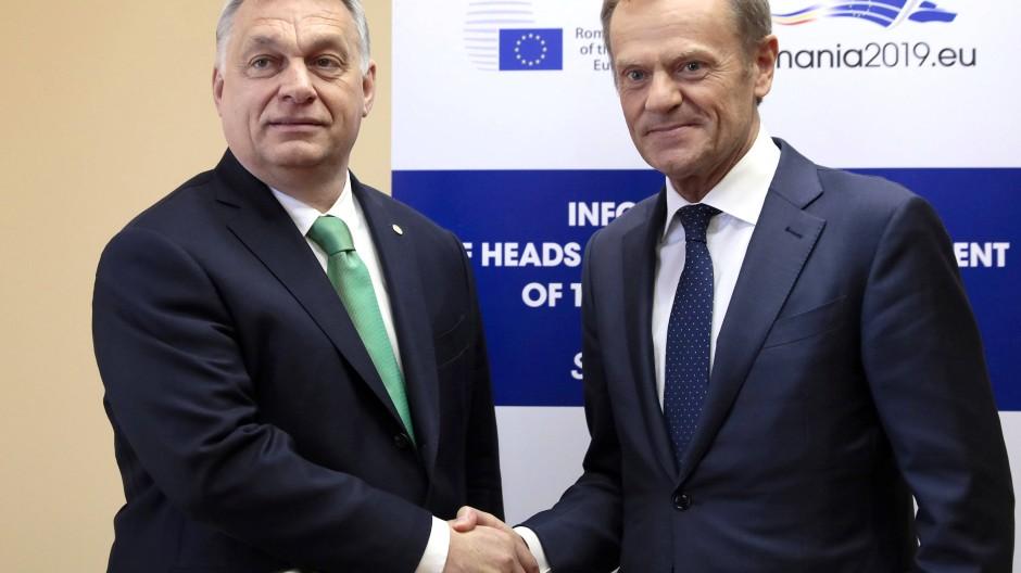 Sie verbindet eine Intimfeindschaft: Orbán und Tusk im Mai 2019 in Sibiu
