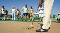 Golfen auf dem Kreuzfahrtschiff? Senioren genießen das Leben - und das kostet eben was.