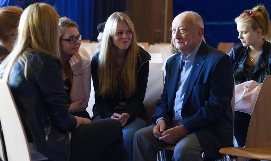 Immer im Sommer in Deutschland: Leslie Schwartz spricht mit Schülerinnen des Anne-Frank-Berufskollegs in Münster.