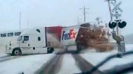 Zug zerfetzt Lastwagen