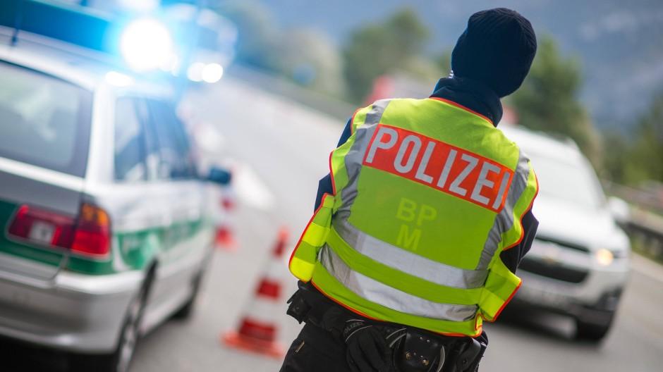 Ein Polizeibeamter beobachtet an der Anschlussstelle Bad Reichenhall den Grenzübergang von Österreich nach Deutschland.