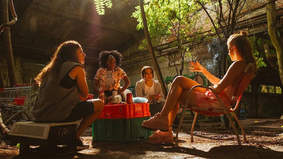 Hajra (Soma Pysall), Fanta (Jobel Mokonzi), Rasaq (Roxana Samadi) und Jazz (Jeanne Goursaud) an ihrem geheimen Treffpunkt