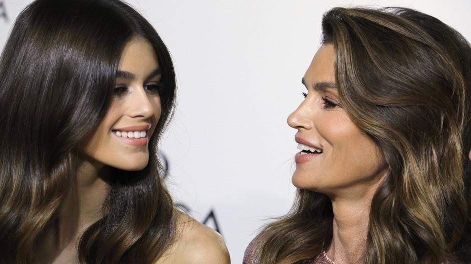 Cindy Crawfords Tochter Kaia Gerber tritt in die Fußstapfen ihrer berühmten Mutter und ist ein international erfolgreiches Model.