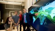 Achtung, Angriff: Carlos Garcia Cordero, Emmanouil Vasilomanolatis, Florian Volk und Prof. Max Mühlhäuser (von links) erforschen Strategien gegen Cyberkriminalität.