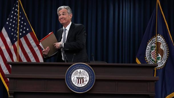 Fed-Chef erfreut die Börse und widersteht Trump