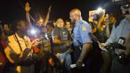 Um Deeskalation bemüht: Der Polizeioffizier Ronald S. Johnson spricht am Donnerstagabend mit Demonstranten in Ferguson.
