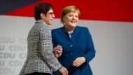 Annegret Kramp-Karrenbauer nach ihrer Wahl zur Parteivorsitzenden mit Bundeskanzlerin Angela Merkel