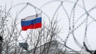 Die russische Fahne an Moskaus Botschaft in Kiew im Dezember 2018
