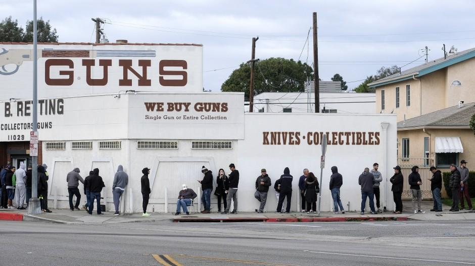Eindecken für die Pandemie: Amerikaner warten im März 2020 vor einem Waffenladen in Culver City.