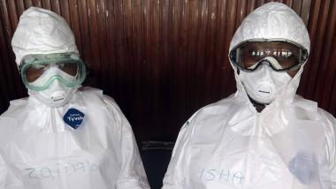 Zwei Helfer in Schutzanzügen bei einer Ebola-Übung der Weltgesundheitsorganisation in der Stadt Freetown in Sierra Leone