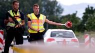 Polizisten kontrollieren an der Kontrollstelle Kiefersfelden an der A93 Fahrzeuge, die aus Österreich nach Deutschland kommen