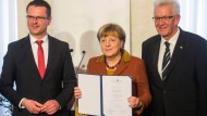 Bundeskanzlerin Merkel Merkel bekommt den Eugen-Bolz-Preis, neben ihr Rottenburgs Oberbürgermeister Stephan Neher (CDU) und Ministerpräsident Winfried Kretschmann (Grüne).