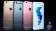 Apple CEO Tim Cook präsentiert das neue iPhone: Die beiden Modelle 6s und 6s Plus sind etwas schwerer als ihre Vorgänger, rein optisch gibt es aber kaum einen Unterschied.