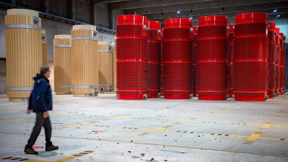 Ein Mitarbeiter geht 2019 durch das atomare Zwischenlager in Gorleben.