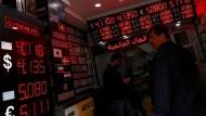 Der Blick in eine türkische Wechselstube: Seit Beginn des Jahres fällt der Kurs der türkischen Lira immer weiter.