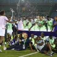 Fürs Finale hat es nicht ganz gereicht, trotzdem feiern Gernot Rohr (Mitte) und seine Mannschaft gebührend den dritten Platz.