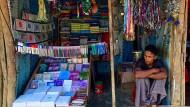 Mit den Menschen wandern die Geschichten:; Ein Rohingya-Flüchtling verkauft Bücher und Schreibwaren in einem Lager in Bangladesch.
