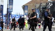 Polizisten sichern schon seit Tagen die Stadt und das Stadion in Cardiff.