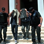 Zwei der acht aus der Türkei geflüchteten, mutmaßlichen Putschisten verlassen in Polizeibegleitung am 17. Juli 2016 das Gericht in Alexandroupoli.