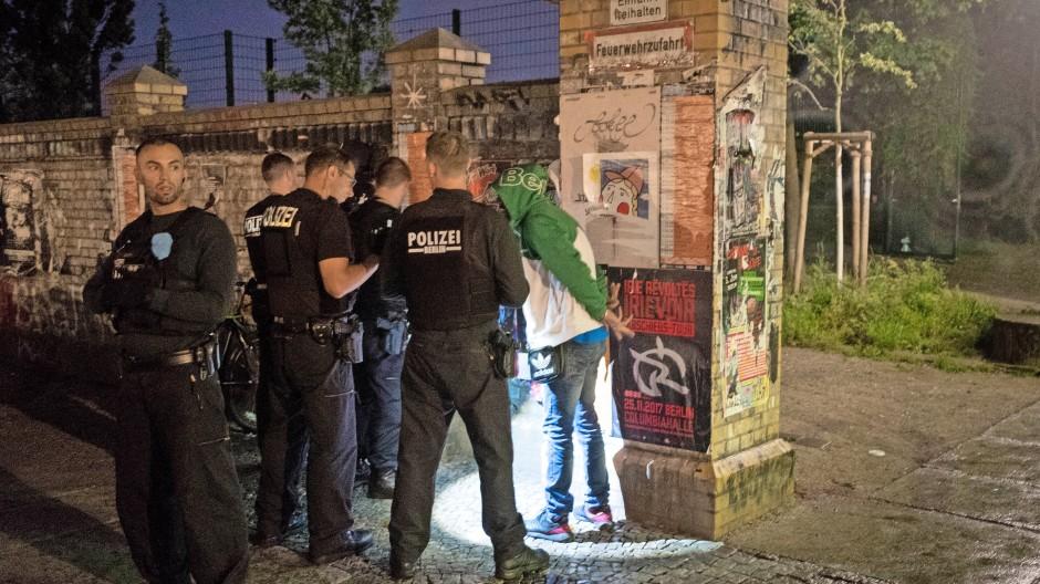 Berlin-Kreuzberg, Görlitzer Park: Polizisten nehmen Drogenhändler in Gewahrsam.