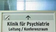 Blick auf einen Wegweiser zur Klinik für Psychiatrie im Benjamin Franklin-Klinikum in Berlin