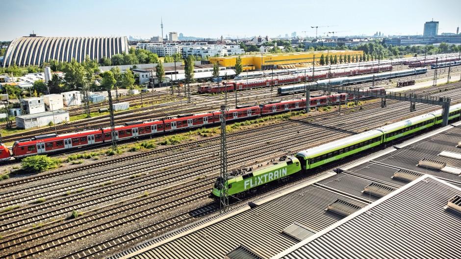 Farbenspiele auf der Schiene: Grün steht für FlixTrain, weiß und rot für die Deutsche Bahn.