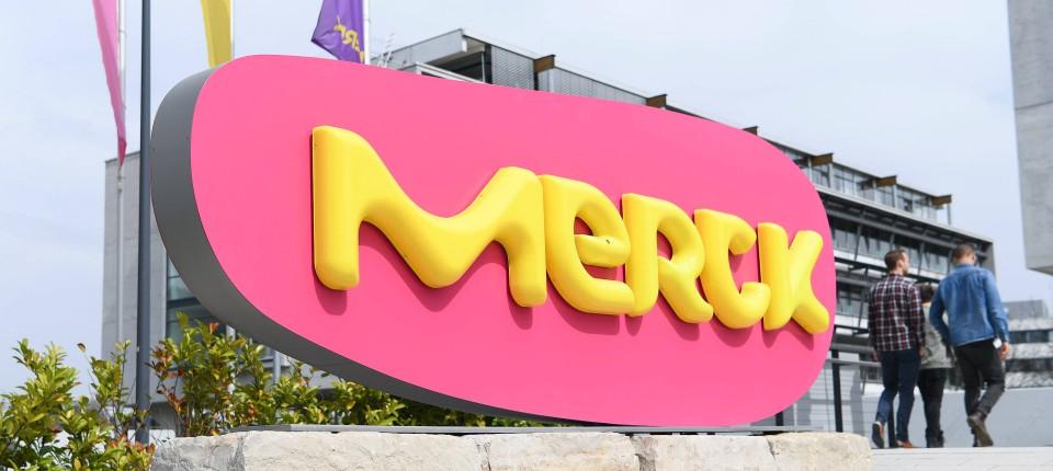 Zwei Unternehmen, ein Name: hier der Schriftzug der Merck KGaA am Stammwerk in Darmstadt